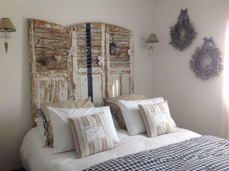 Lits en palette : Chambre blanche marine et beige. Vieux volets en ...