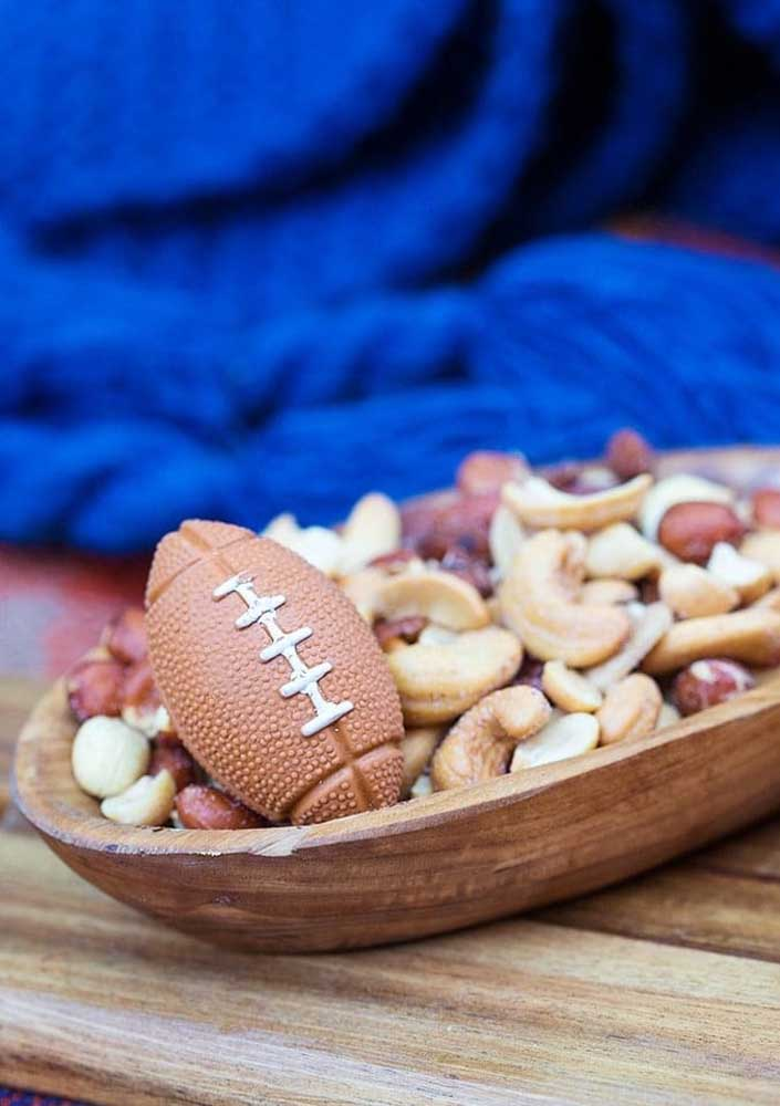 For those who do not want to leave the diet during the Super Bowl, the tip is to bet on a tray of dried fruits