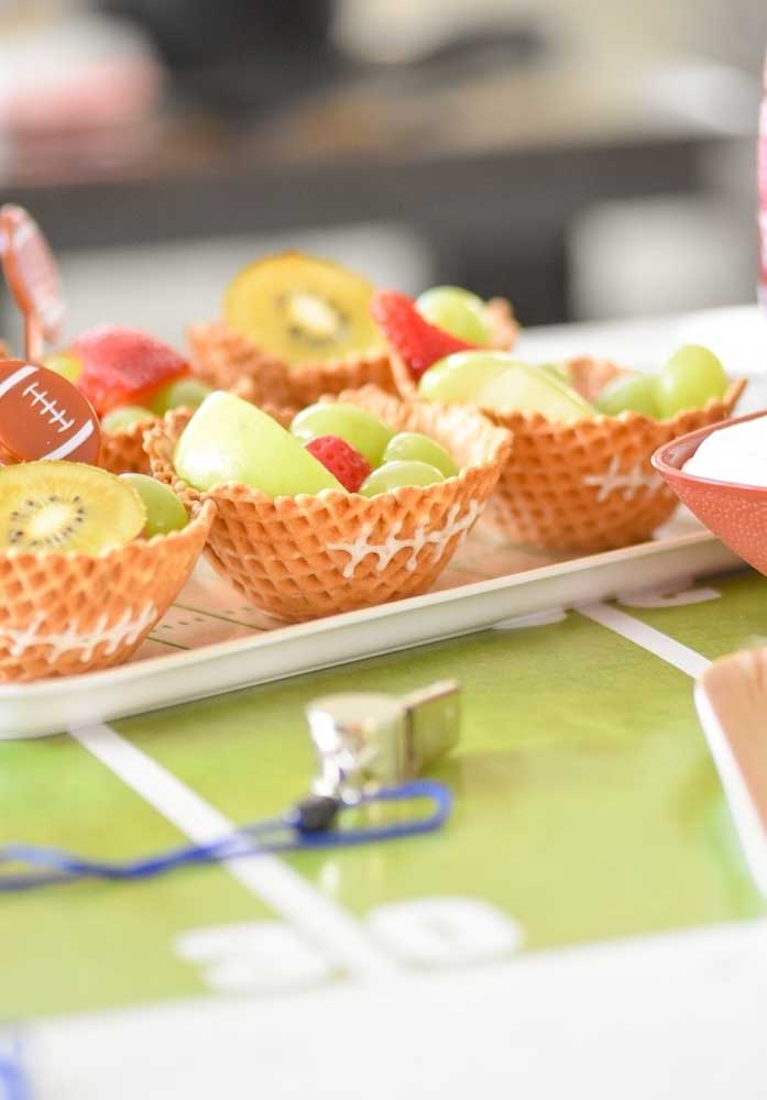 Look what a cool inspiration: ice cream basket decorated and served with fruit inside