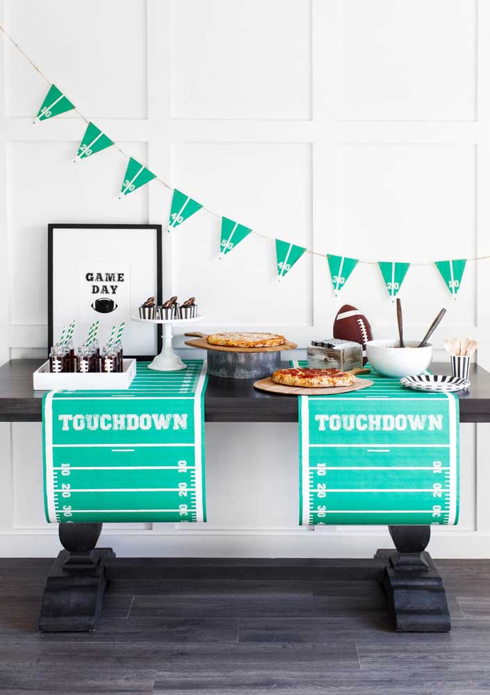 A modern and well-decorated table to welcome friends during the Super Bowl party