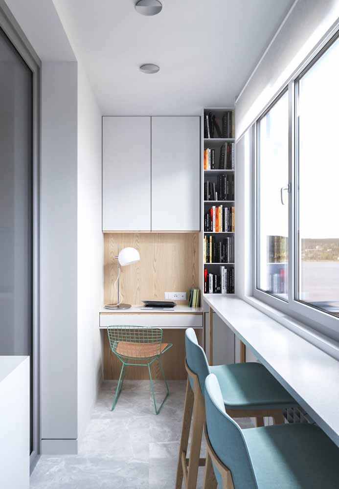 The home office installed on the balcony looked for a desk designed to overcome the lack of space