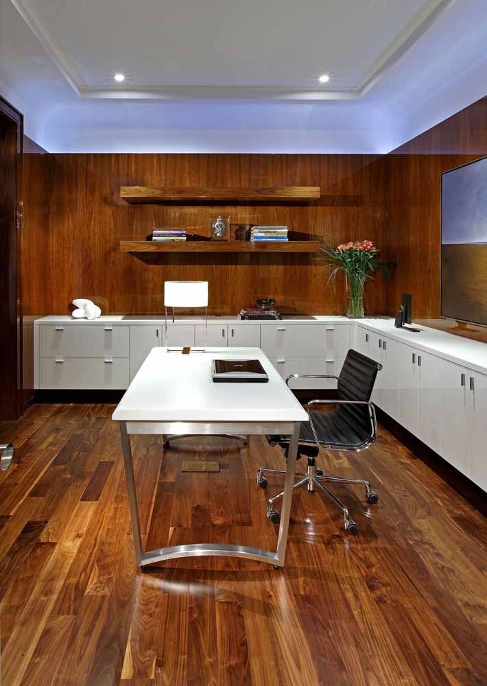 The all wooden office bet on the use of a white desk to stand out