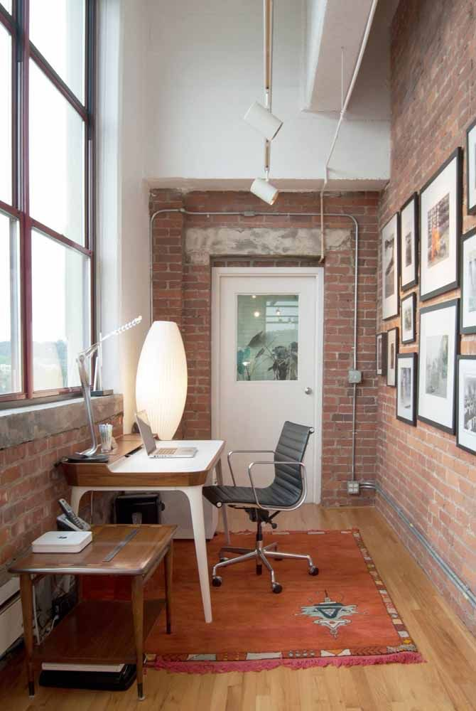 The industrial style office brought a white desk with wooden details to compose the decor