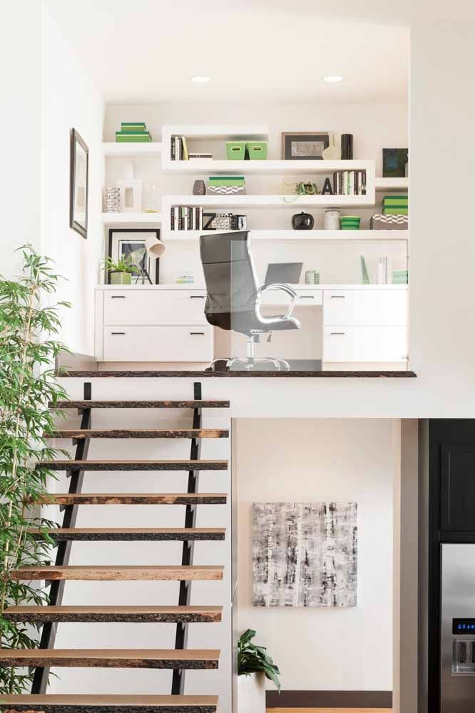 The home office mounted on the mezzanine bet on the use of desk and other white furniture to make the environment more lit