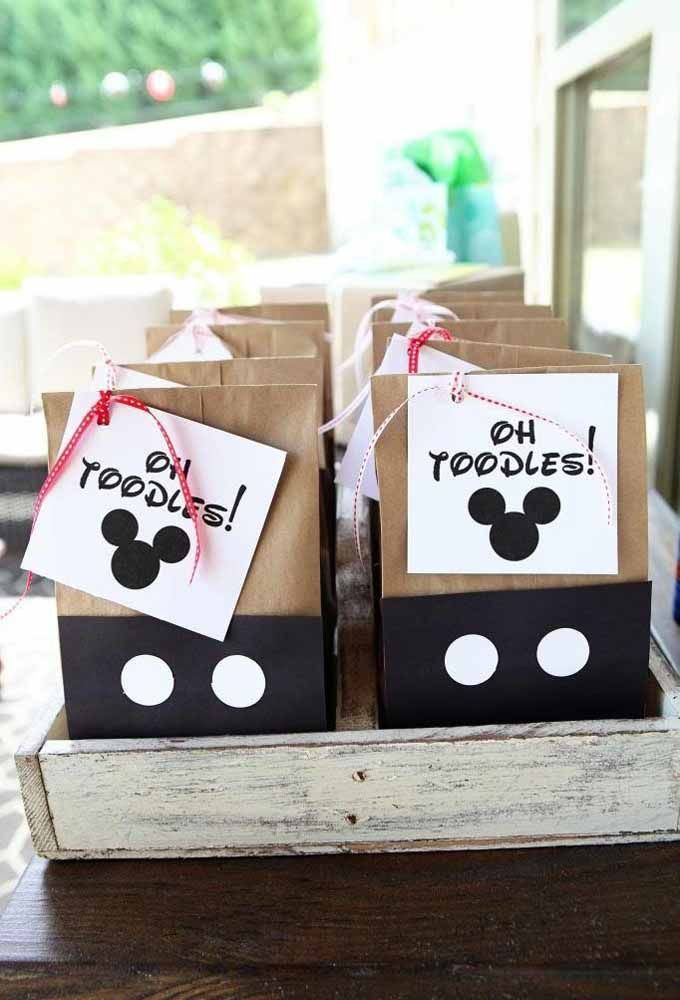 Take advantage of recycled packaging to produce according to the Mickey theme
