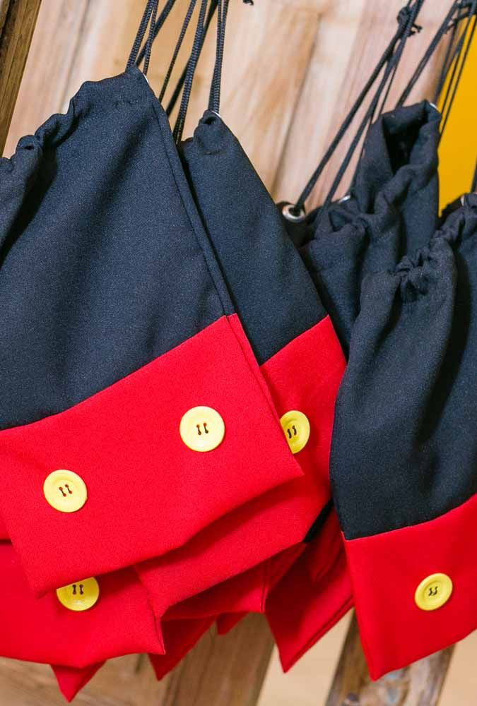 If you sew, make a bag to put the souvenirs. To customize use the party colors