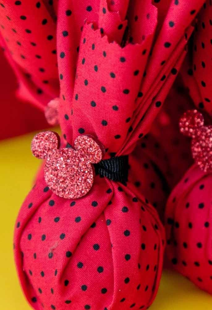 Buy a red fabric with black drops, put the toast inside and tie with a personalized detail