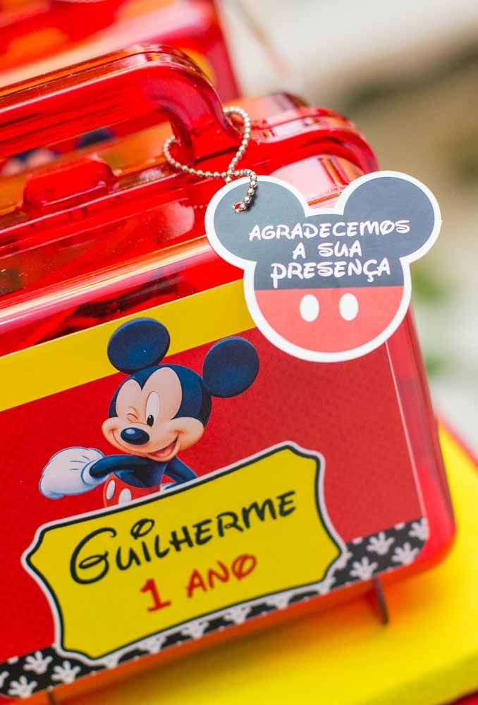 The red box in the shape of a suitcase will be the big sensation of the Mickey themed party