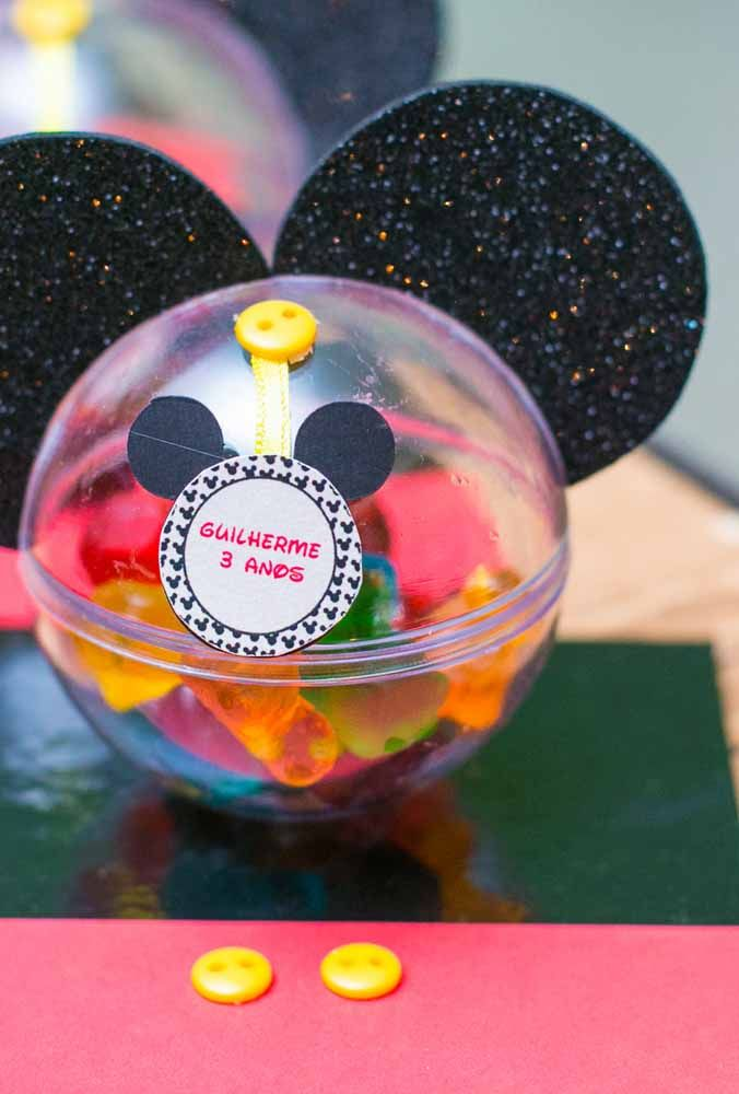 The simplicity and originality of souvenirs with the Mickey theme Buy some packaging to put treats that are sold in party houses. Then make a mold of Mickey's face and nail with a button. Finally, glue the ears of the most famous mouse in the world.