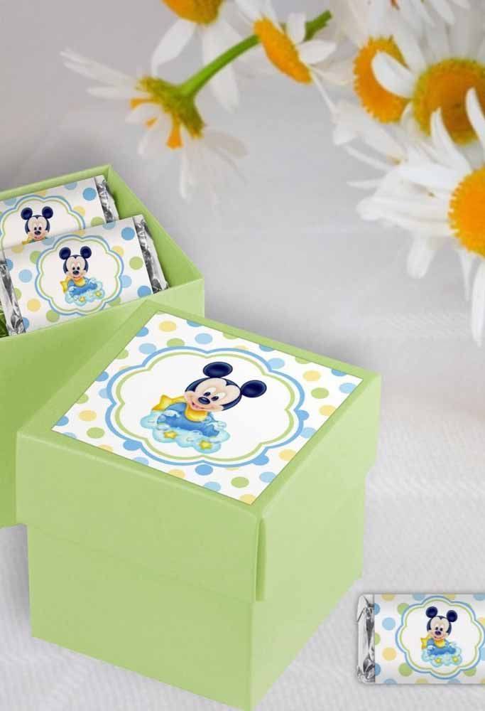 For Baby Mickey themed parties, distribute personalized boxes. Baby Mickey theme is great for 1 year old parties. As a souvenir you can make a paper box. To do this, use soft colors like green and paste the Mickey Baby sticker.