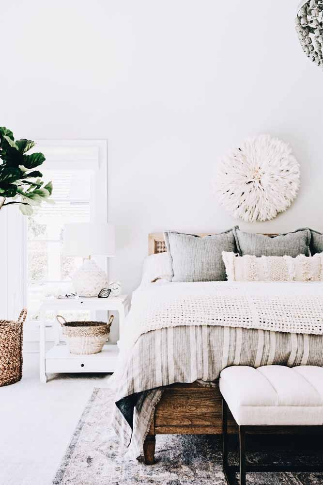 Textures: remember them when thinking about decoration; in the picture they are on the wall, on the floor and on the bed