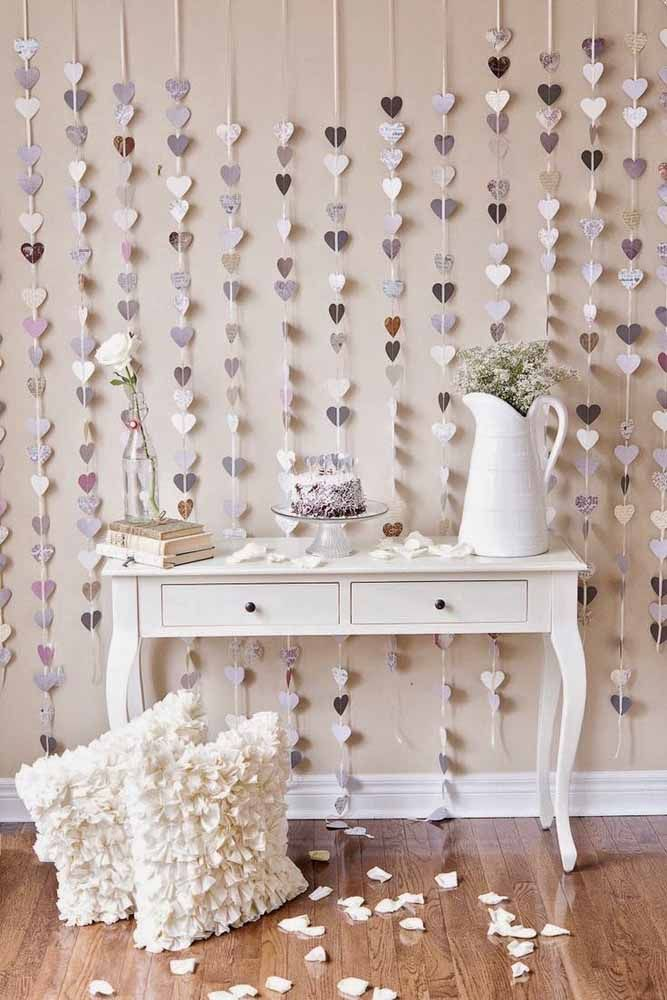 Covering the entire wall, this curtain of hearts fits perfectly with the Provencal proposal of decor