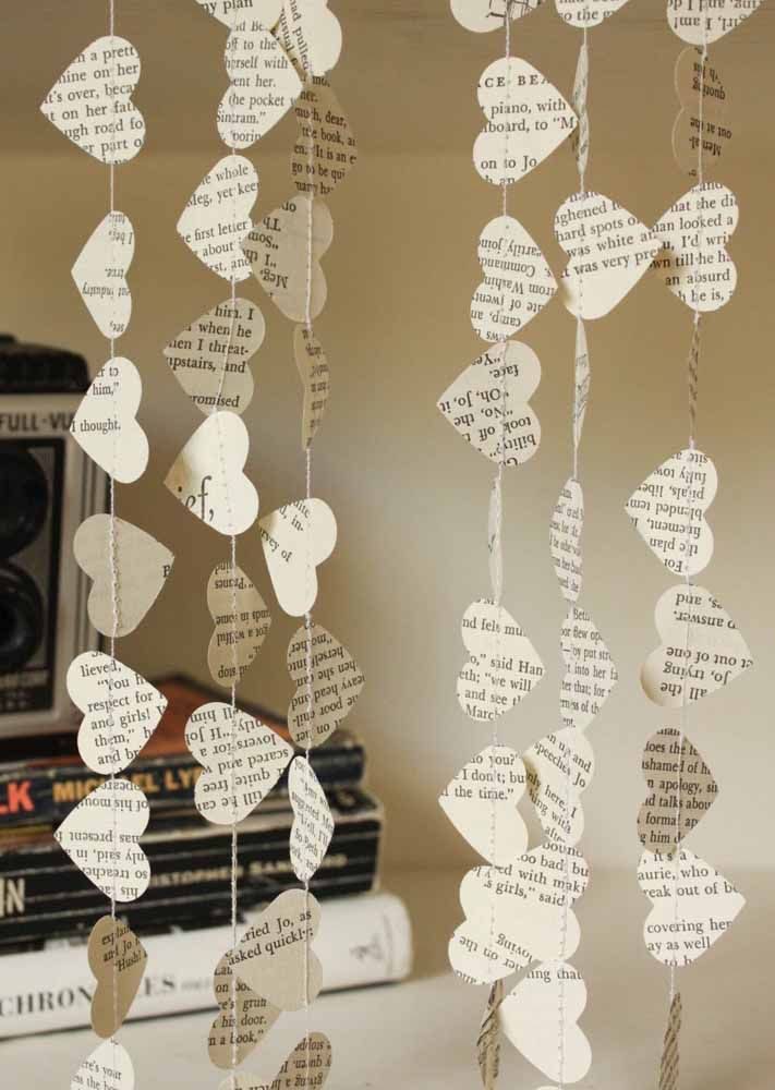Books, magazines or newspapers: they all serve as inspiration for the heart curtain