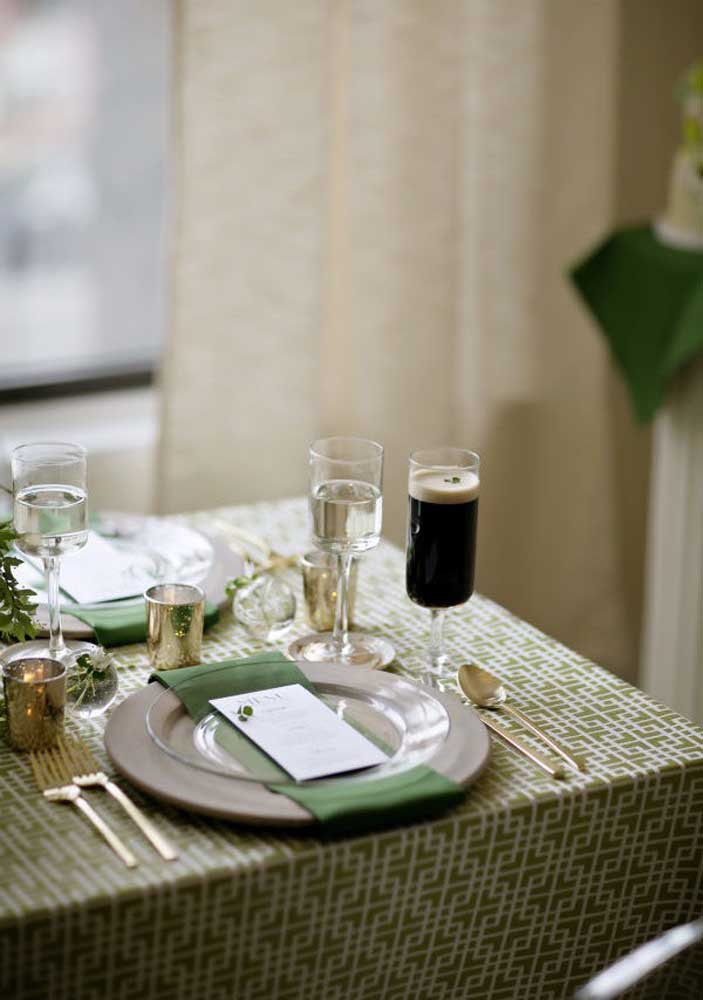 How about celebrating Saint Patrick's Day with a lot of class and elegance? For that, look at the table setting