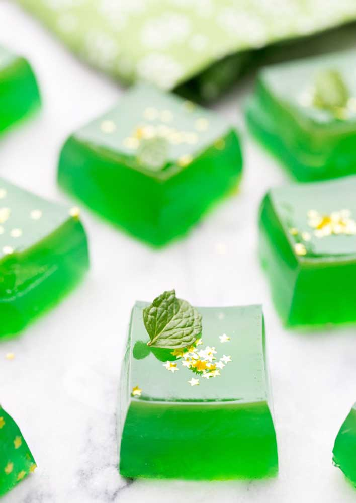 To get in the mood (and color) of the party, serve lemon jellies