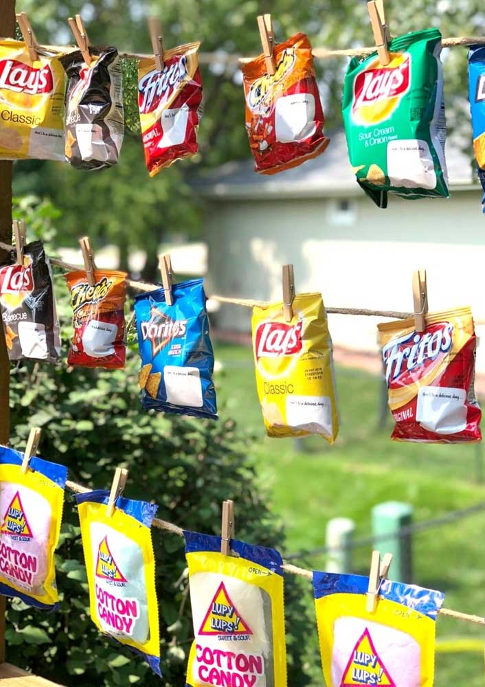 Take the opportunity to decorate the hot dog night at home with packets of snacks.