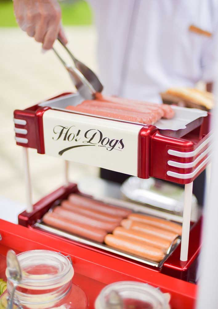 Place the sausages in an electric pan for the hot dog to be served warm.