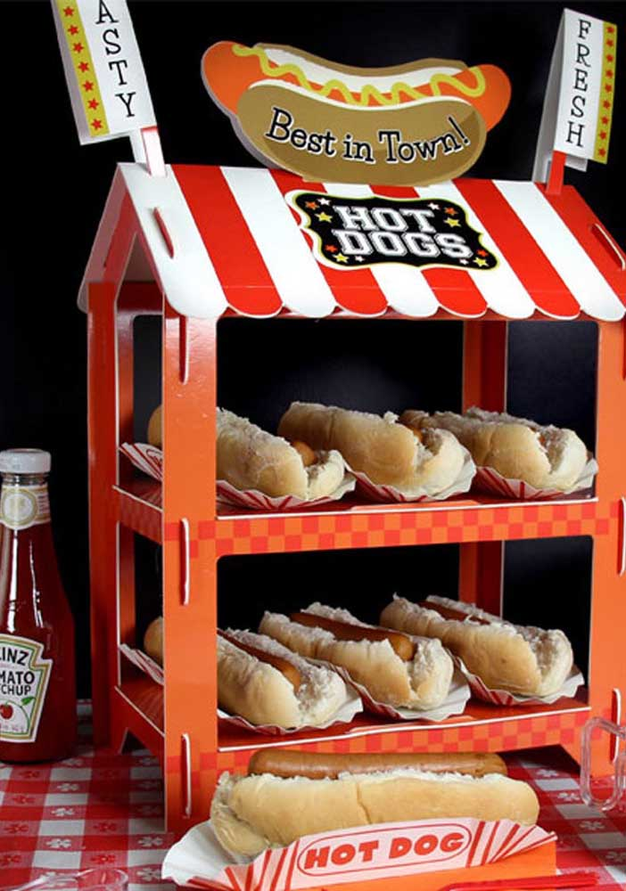 Look what a nice idea to serve hot dogs to your guests.