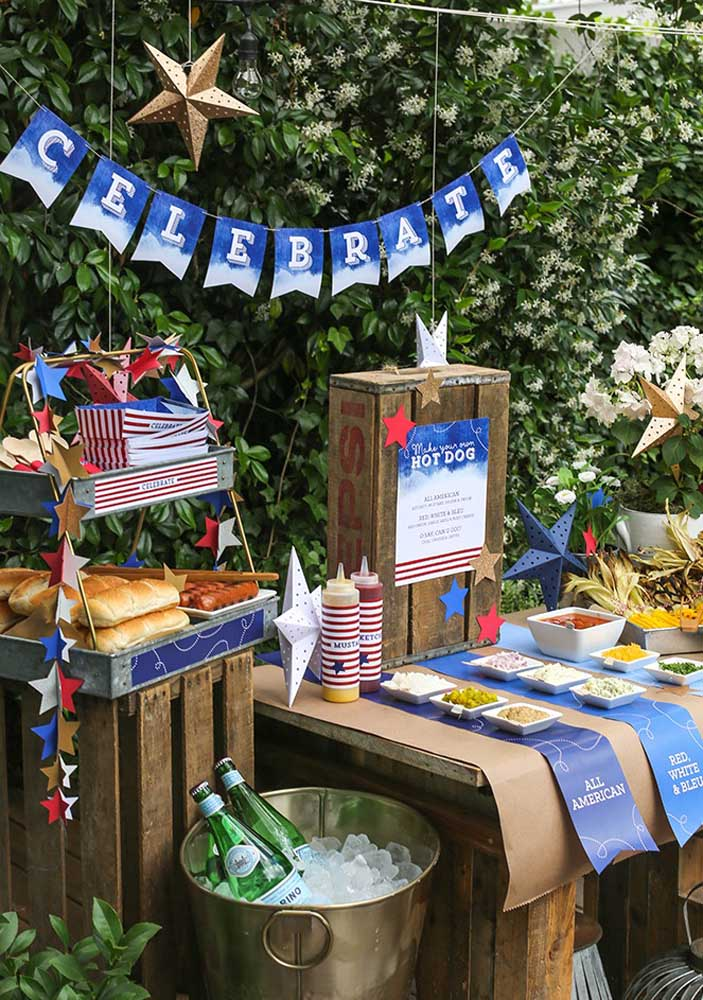 A good option is to do the hot dog night outdoors because you have more decoration options.