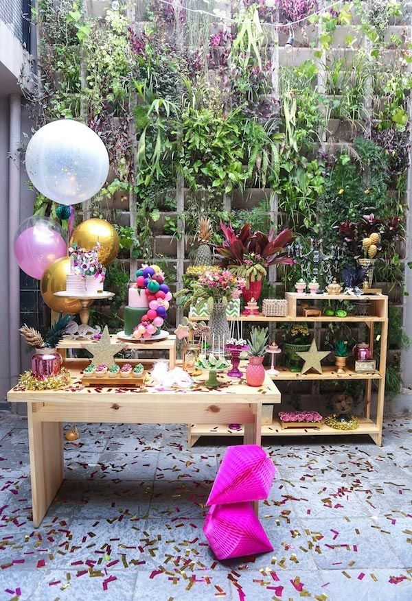 Bet on green for the carnival decoration with a tropical garden