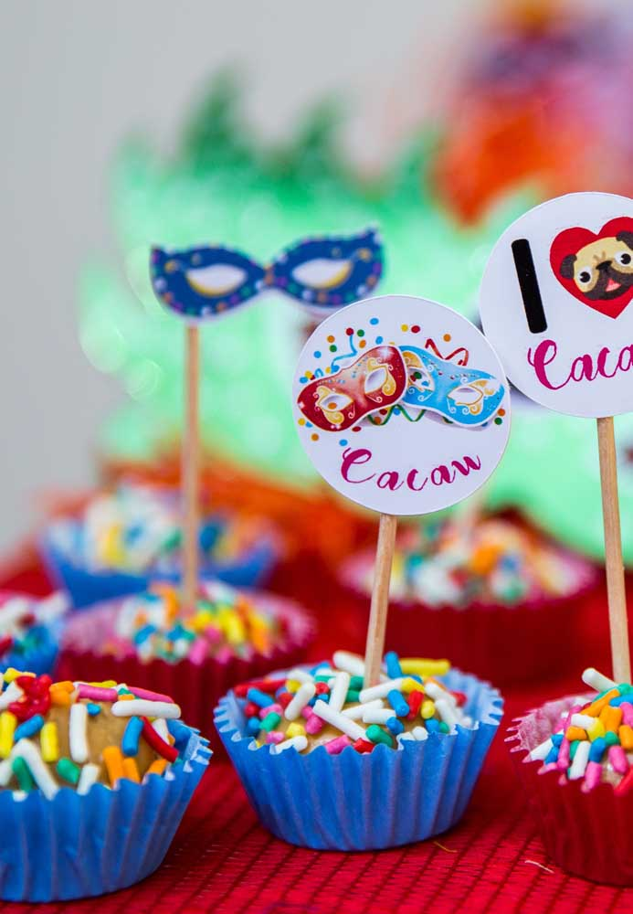 When it comes to serving the party sweets, choose to personalize them according to the theme of the party. In the case of carnival, a good option is to put small sticks with masks.