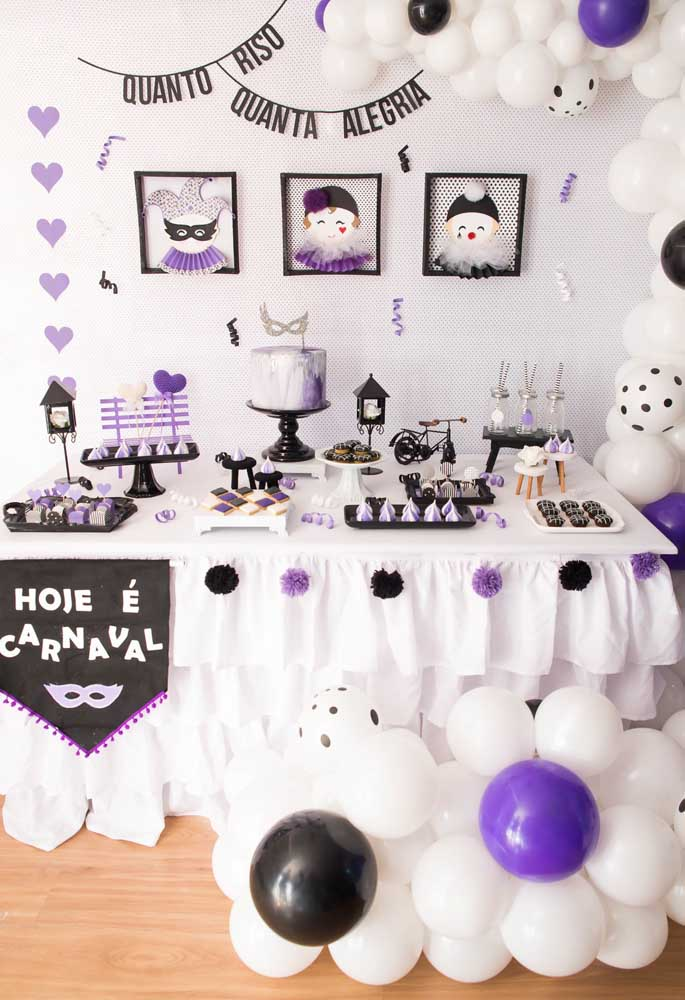 Who said that carnival should be all colorful? You can very well have a party with the predominance of white color. It is just a charm.