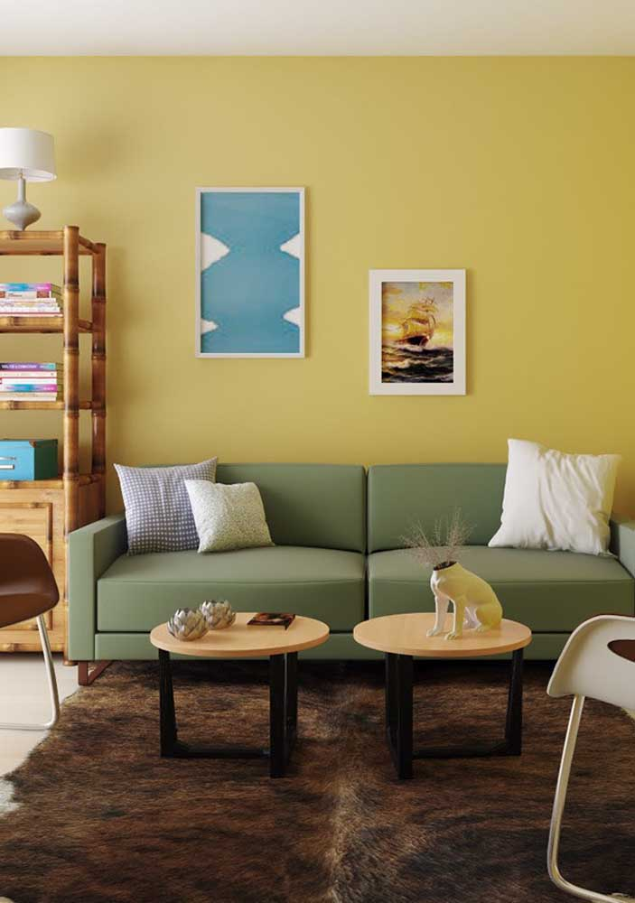In this living room, the soft yellow on the wall is the protagonist of the decor