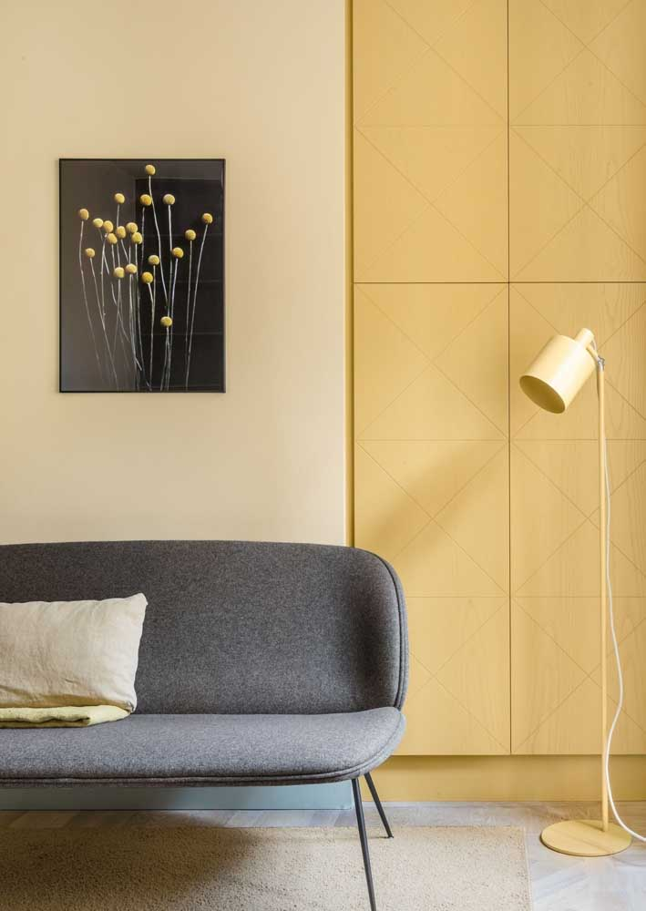 Yellow and gray room: modern, sober and discreet