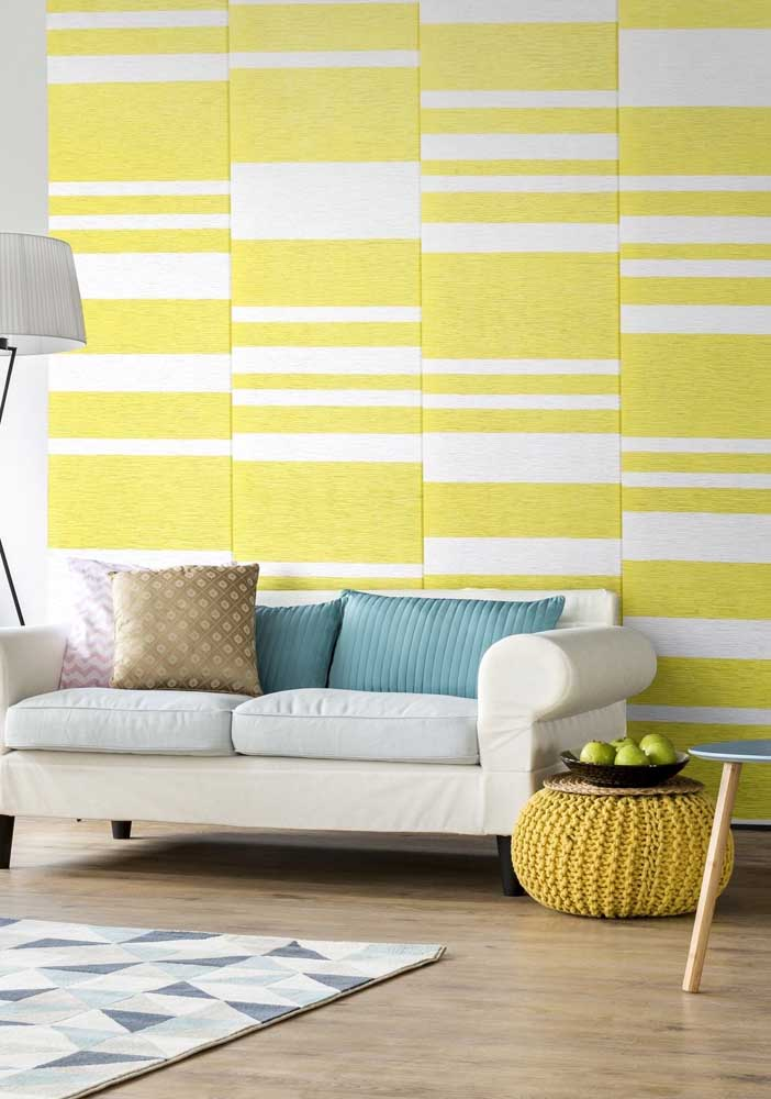 Yellow wall with stripes. In the rest of the room, sober and neutral tones predominate