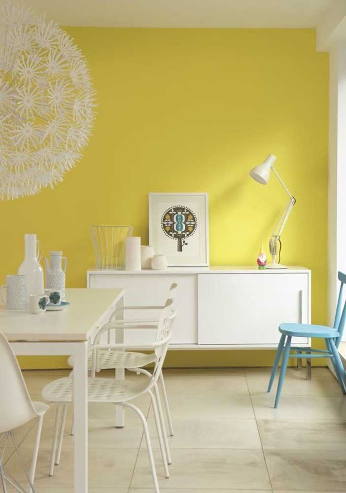 Citric yellow wall to bring freshness to the integrated living room