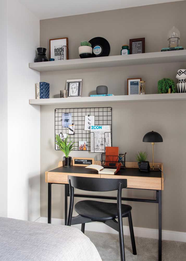 Office in the bedroom. The wire mesh ensures a charming decoration and helps to organize the day's tasks