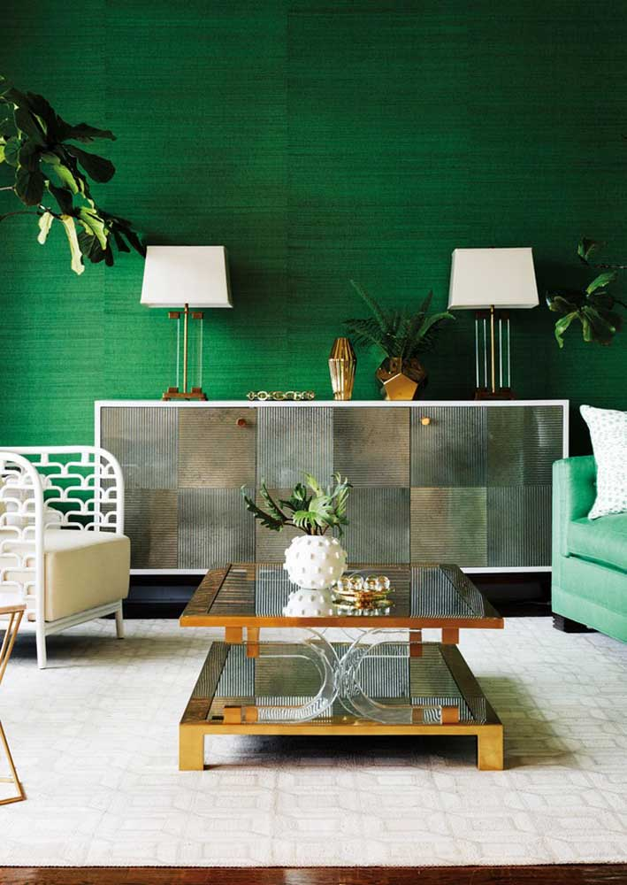 Emerald green room to remove any decoration from monotony