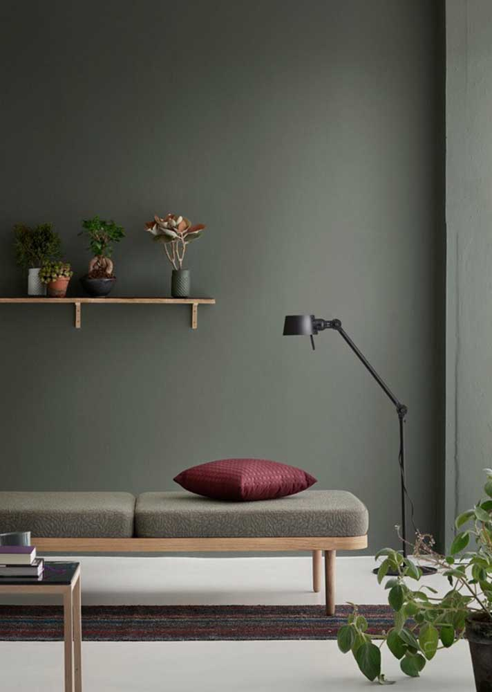 The more closed the shade of green, the more classic and sober the decoration of the living room
