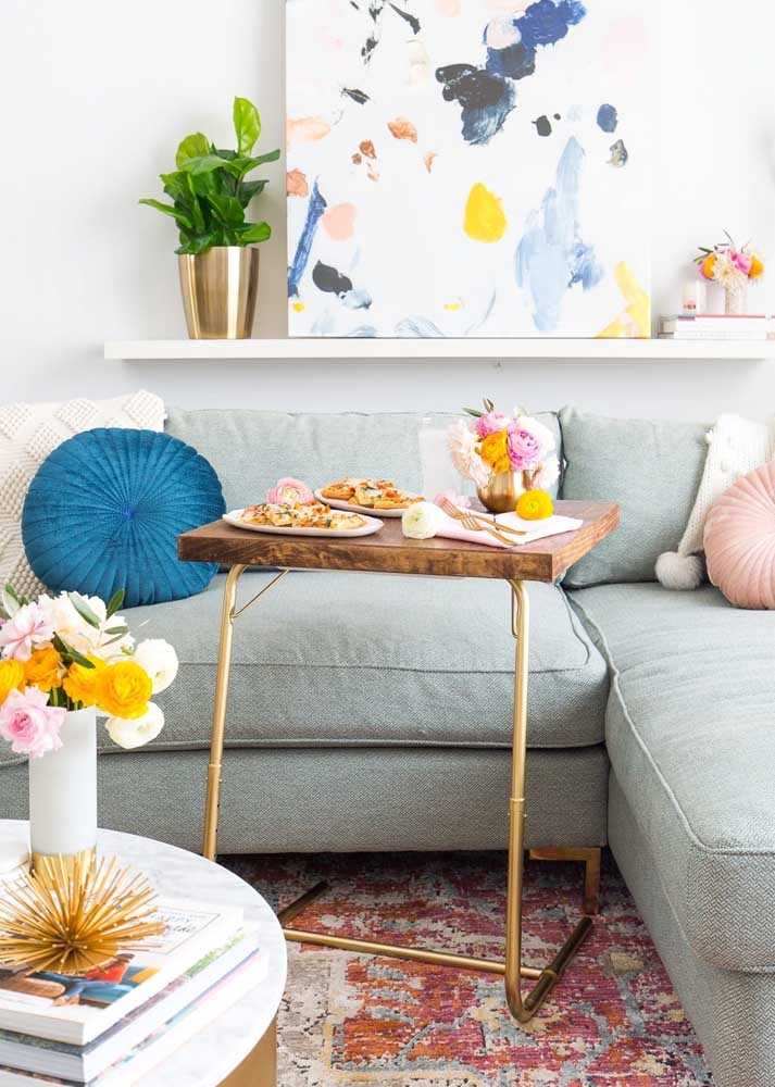 Here, the table that fits on the sofa is perfect for watching and eating at the same time