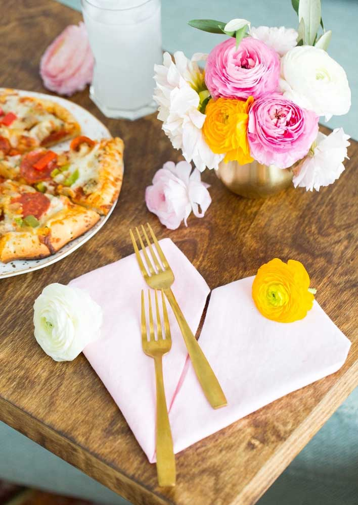 Seen more closely, the table reveals pizzas cut in individual sizes and napkins to serve with your hands