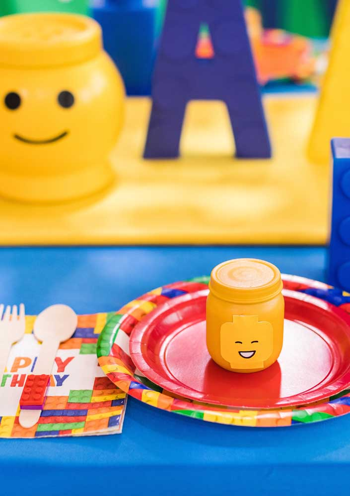 Here you can see the detail of the table set for Lego Party. Cutlery, glass and plates follow the same color palette as the main decoration
