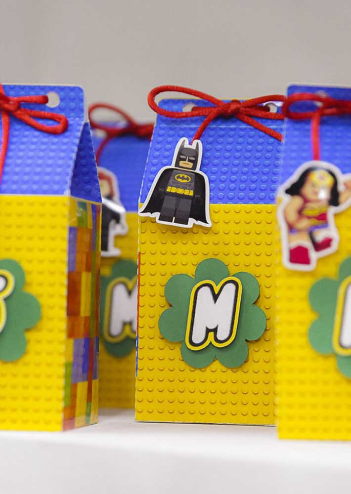Lego party souvenir idea: surprise bags decorated with characters from the Justice League that here, of course, are in the Lego version