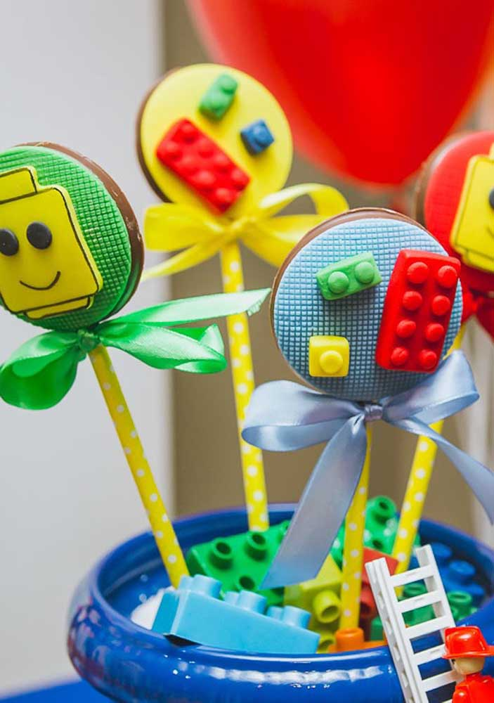 Who can resist a chocolate lollipop? Even more when it comes decorated like that!