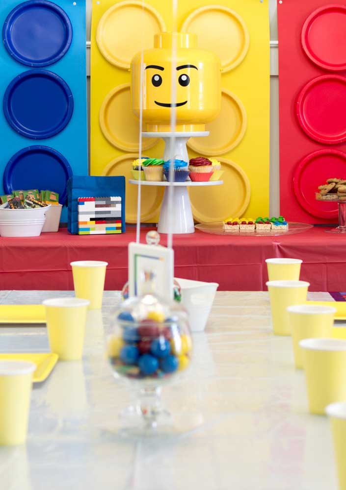 Simple, but eye-popping Lego party. The highlight is the giant pieces that form the panel