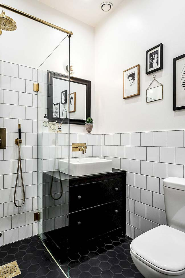 Leave black for the composition of the objects and details of the small decorated bathroom