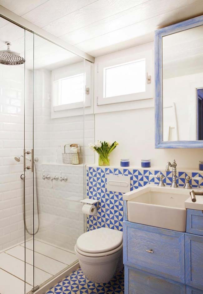Soft blue tone was the color chosen to decorate the small decorated bathroom