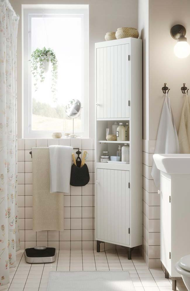 Small bathrooms decorated with natural light are rare