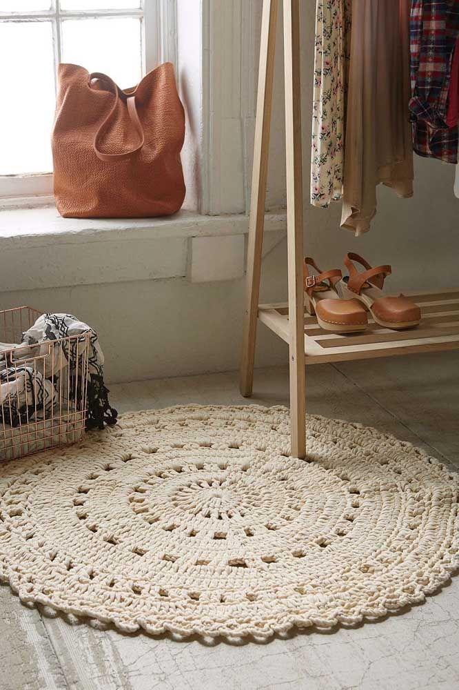 Aqui, o tapete de crochê simples redondo foi usado para decorar e deixar o closet mais confortável width=