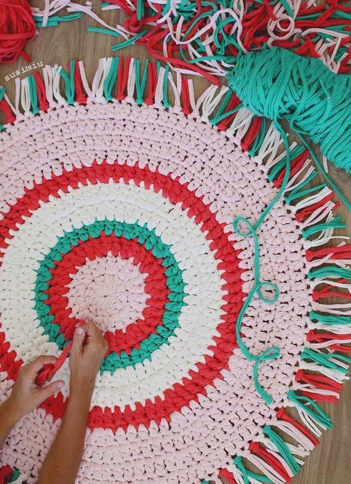 O fio de malha, resistente e durável, é uma ótima opção para os tapetes de crochê simples