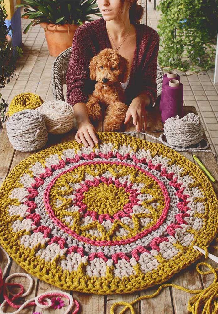 Um tapete de crochê com cores e jeito de mandala