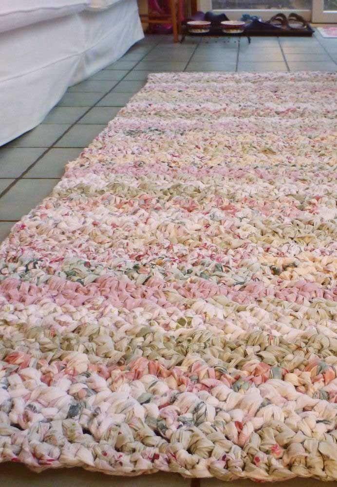 O formato simples do tapete de crochê foi valorizado pelo tom mesclado do fio