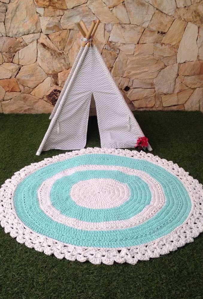 Aqui, o tapete de crochê redondo faz parte da brincadeira