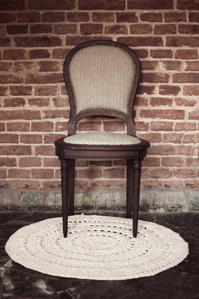 Qualquer cantinho da casa se valoriza com um tapete de crochê simples