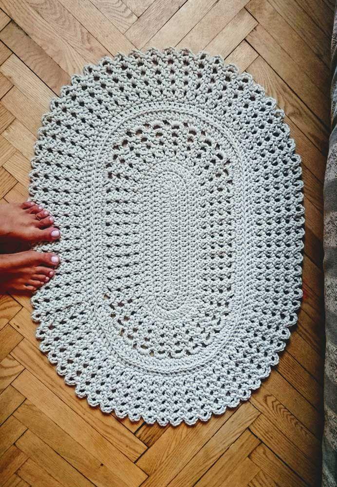 Na beira da cama, ao lado do sofá, no hall ou até mesmo no banheiro: opções não faltam para o tapete de crochê simples