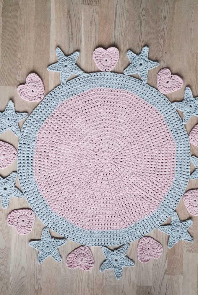 Estrelas e coração emolduram esse outro modelo simples de tapete de crochê